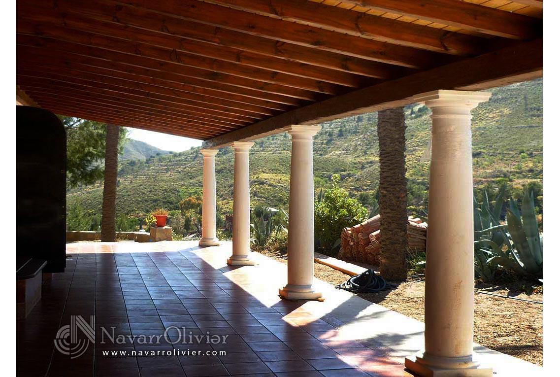 Porche de madera sobre columnas decorativas de cemento ...