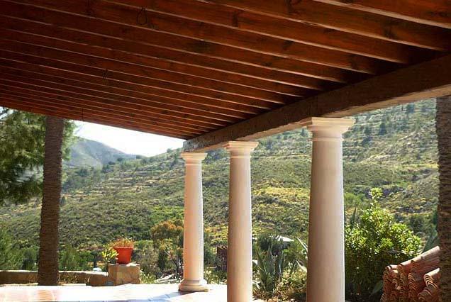 best porche rstico en madera rstica sobre columnas decorativas with porches rusticos de madera - Porches Rusticos