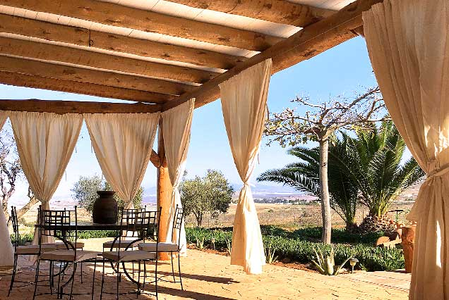 Pergola en tronco natural para casa rural